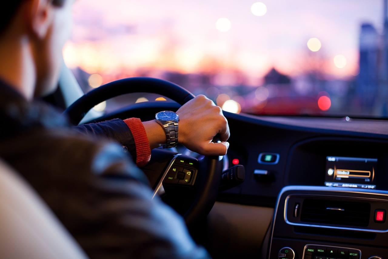 Al volante con la pioggia? Quattro consigli preziosi